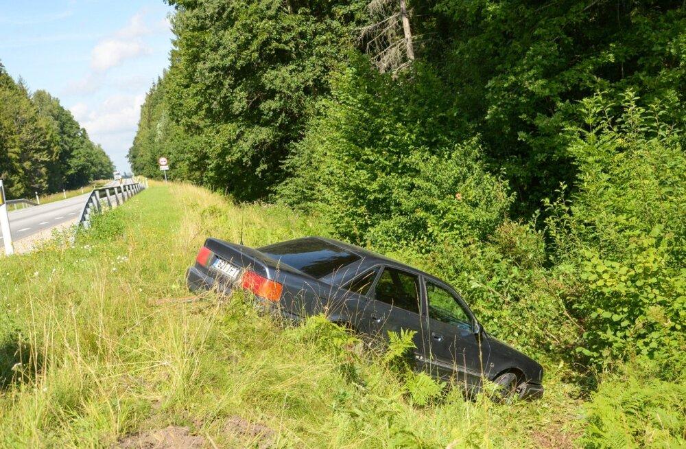 Auto kraavis Viljandimaal