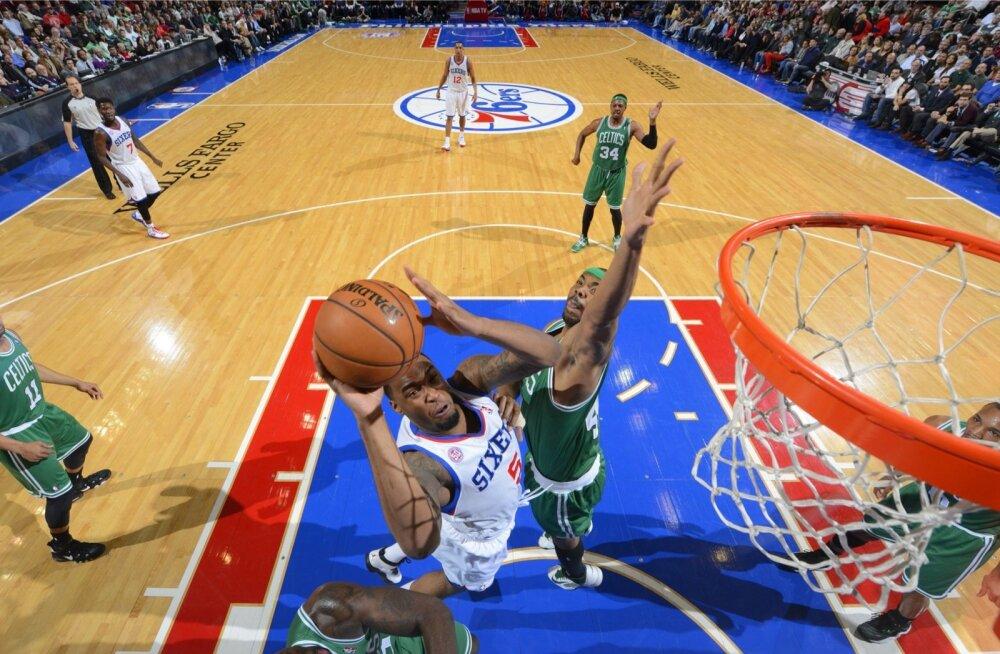 Arnett Moultrie ründamas Boston Celticsi korvi