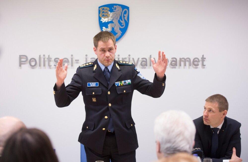 Nädal tagasi pidasid Elmar Vaher (püsti) ja siseminister Hanno Pevkur ühist pressikonverentsi politsei mulluste töötulemuste kohta. Nüüd peab Pevkur otsustama, kas politseijuht on teinud asutuse krediitkaarti kasutades rikkumisi, mille tõttu tuleks ta tag