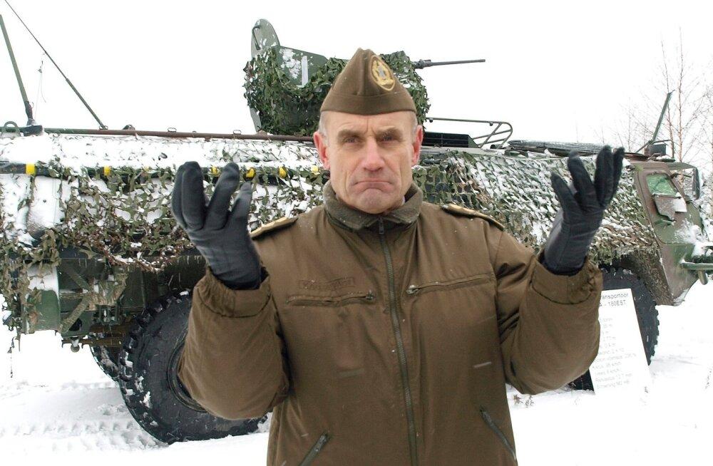 Kunagine kaitseväe juhataja Ants Laaneots ütles, et kaitseministeerium ja peastaap võiksid professionaale rohkem kaasata ja kuulata.