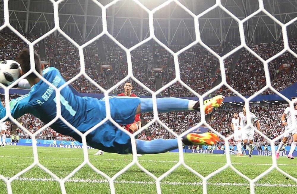 Iraani väravavaht Alireza Beiranvand suutis Cristiano Ronaldo penalti tõrjuda.