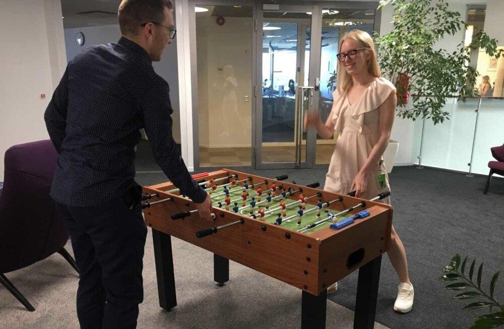 Väike puhkepaus tööst. Grete-Maarja mängib kolleeg Jaak Kaljulaga lauajalgpalli.