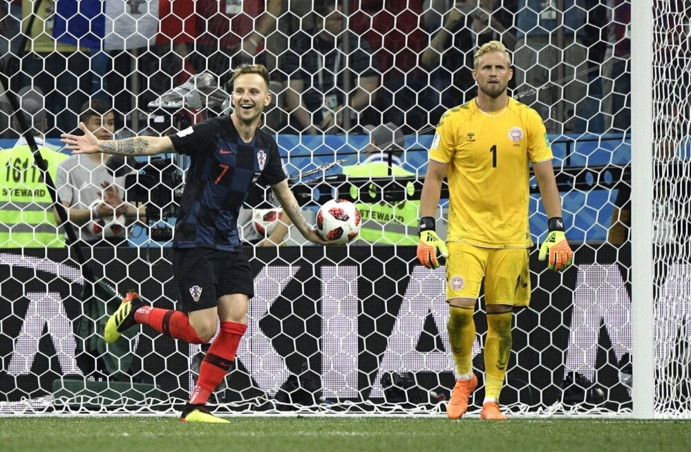 Ivan Rakitić (vasakul) saatis otsustava penalti Kasper Schmeicheli valvatavasse väravasse ja viis Horvaatia veerandfinaali Venemaa vastu.