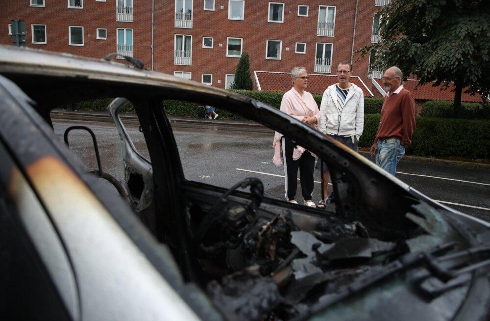Göteborgi elanikud eile põletatud auto juures