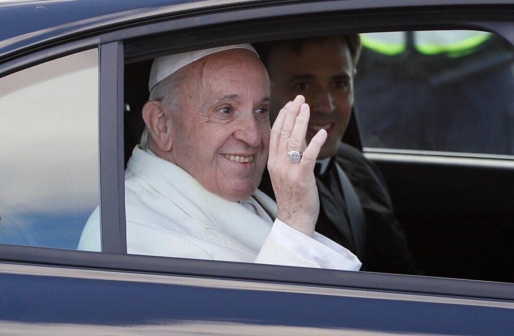 Paavst Franciscus saabus Tallinnasse, lennujaamast lahkus ta juba koos isa Pedroga.