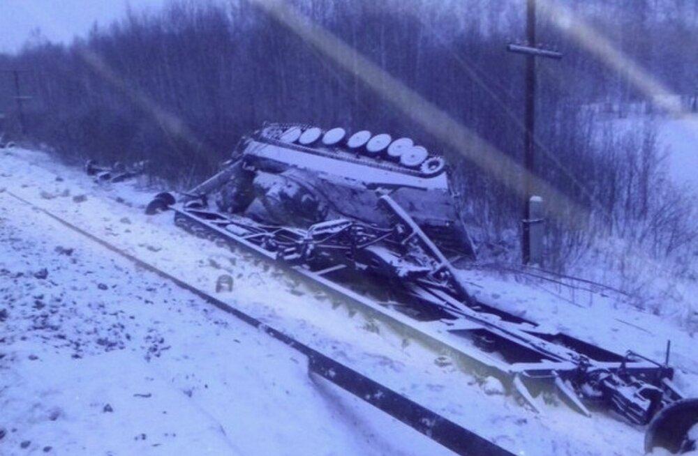 VIDEO   Venemaal Omski lähedal sõitis rööbastelt maha sõjatehnikat vedav rong