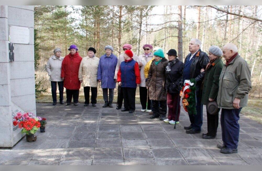 ФОТО: В Ида-Вирумаа на братских могилах советских солдат и узников концлагерей побывали ветераны
