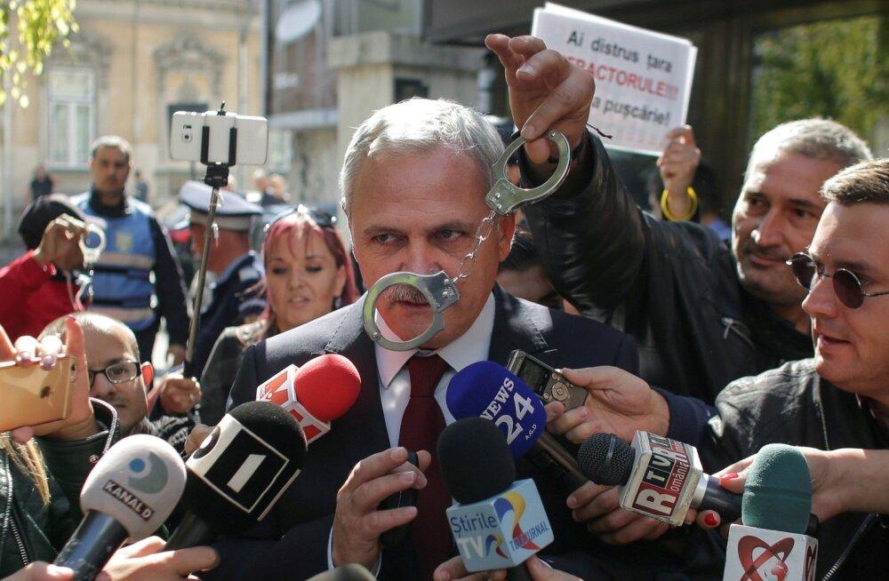 Rumeenia mõjuvõimsama poliitiku Liviu Dragnea viimase kohtuprotsessi ajal mullu oktoobris näitas üks protestija, mida ta poliitikust arvab.