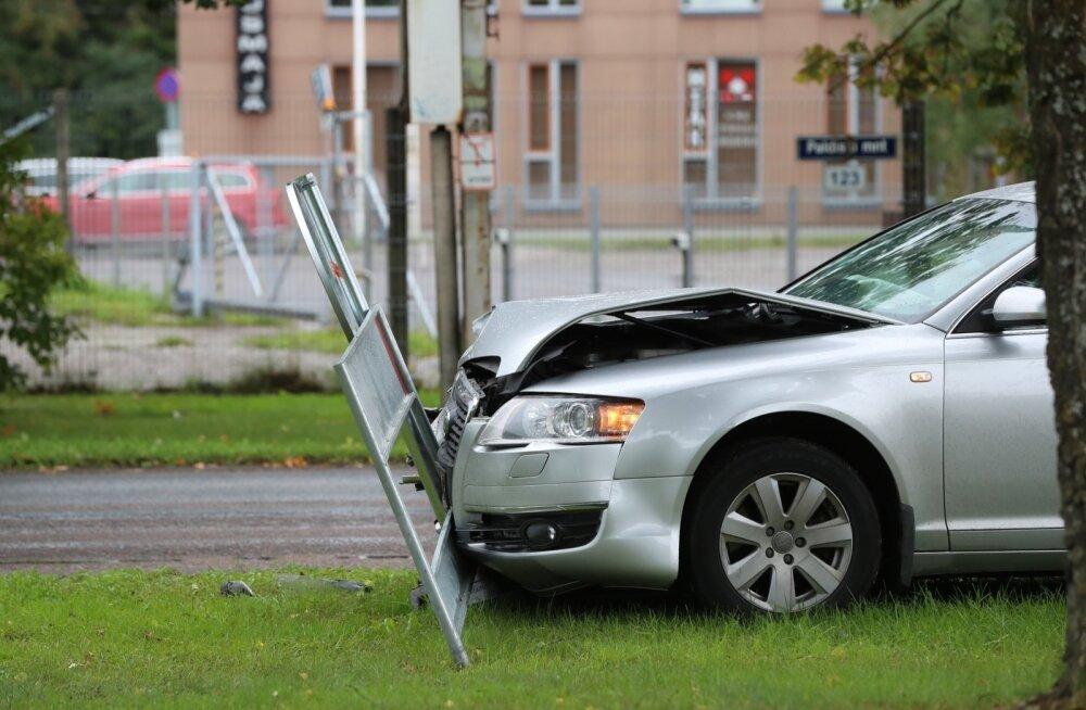 Auto sõitis teemärgistusele otsa