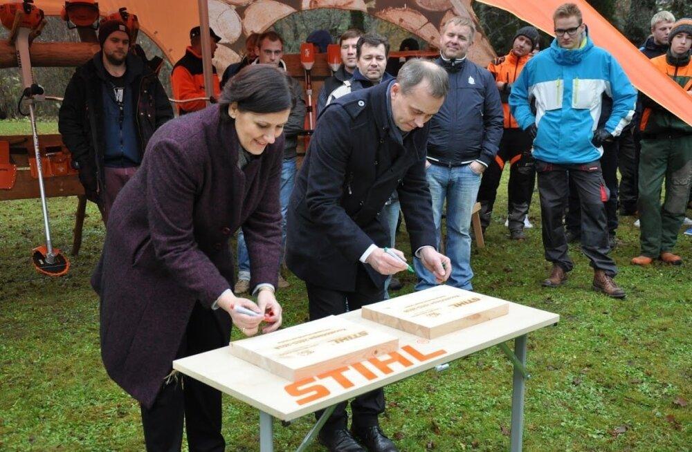 Koostööleppele, sümboolsetele puidust plaatidele, on valmis oma allkirja panema Luua metsanduskooli direktor Haana Zuba-Reinsalu ja Farron Tehnika arendusjuht Marko Altmäe.