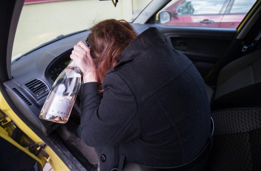 Joobes naisautojuht