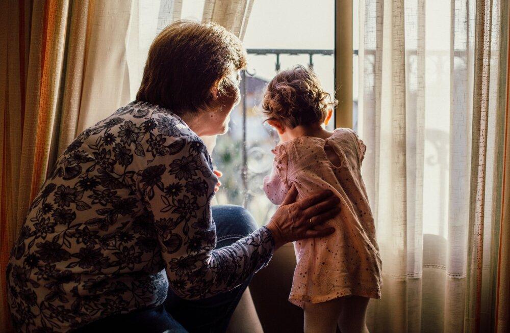 Няня или бабушка за деньги: кому лучше доверить ребенка