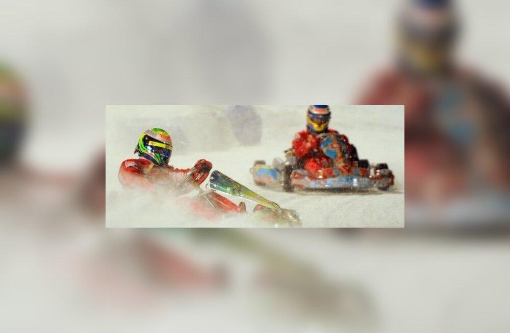 Ferrarilased Massa ja Alonso lumel lustimas. Foto Vincenzo Pinto, AFP