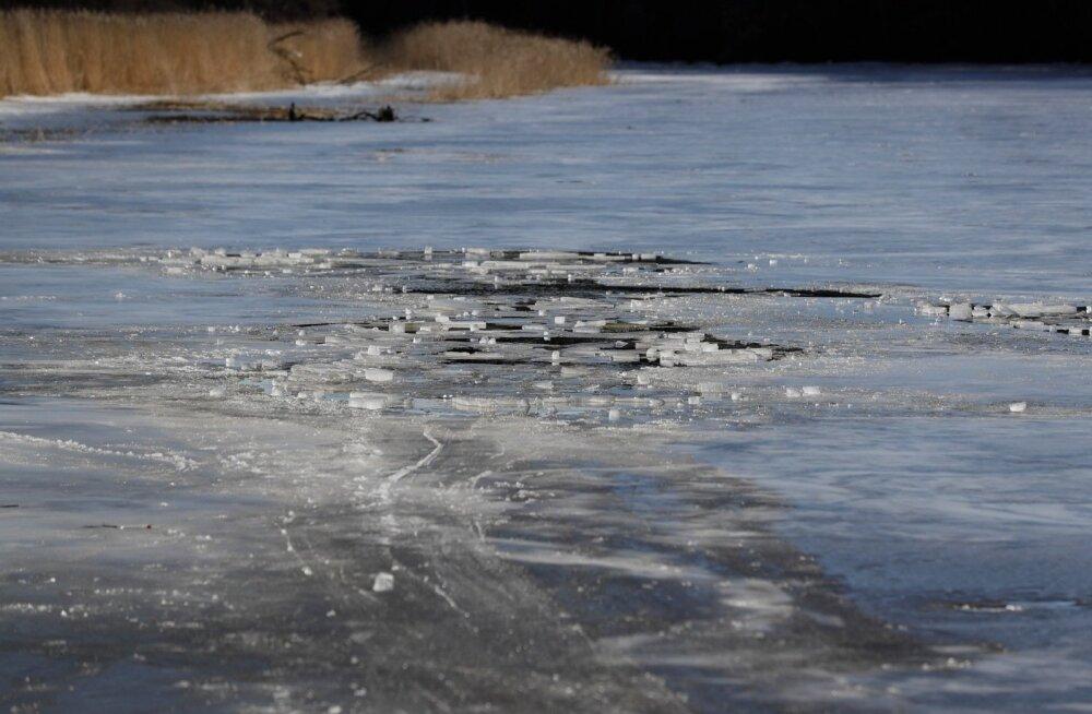 ФОТО DELFI: Спасатели вытащили из реки Пирита провалившихся под лед пожилых рыбаков