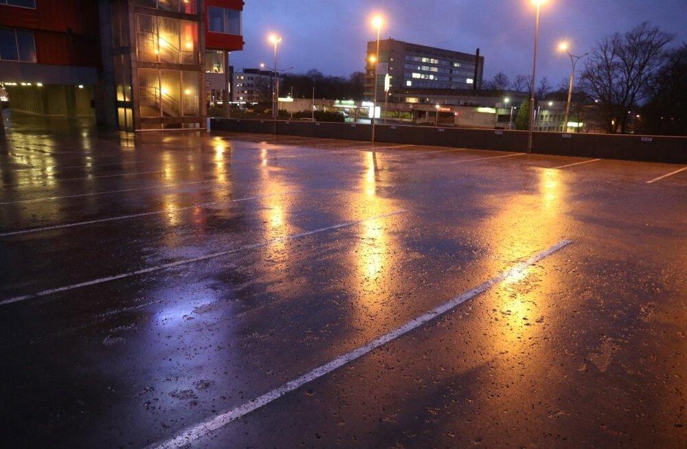 Найденный мертвым на парковке на Пярнуском шоссе молодой мужчина скончался в результате падения