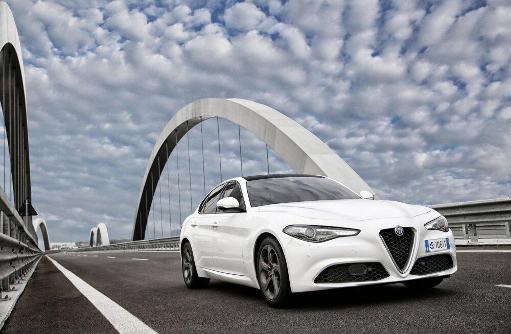 Alfa, ei mingit kahtlust. Kolmnurkne vapikilp keskel, kitsad tuled üleval, kärjemustriga õhuvõtu- avad all – see ongi Giulia nägu.