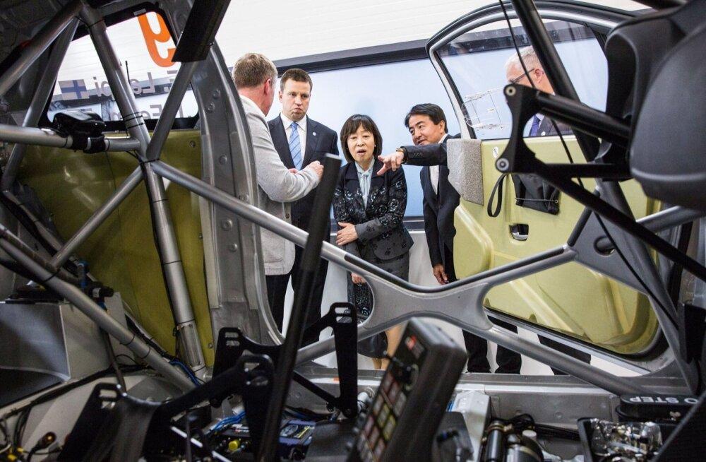 Peaminister Jüri Ratasele tutvustatakse Toyota rallitiimi võistlusmasinat