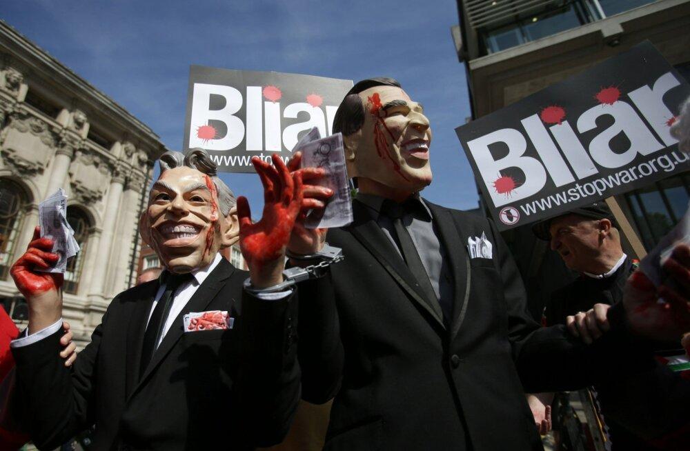 """Veriste kätega """"Blair"""" ja """"Bush"""" koos sõnamänguliselt Blairi valetajaks nimetavate loosungitega eilsel Londoni meeleavaldusel"""