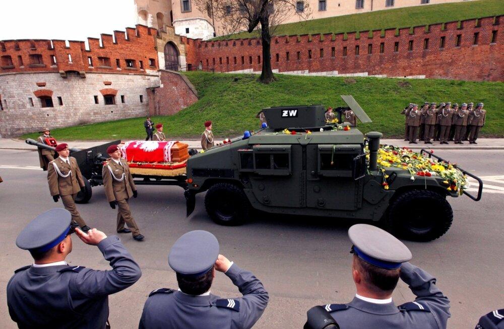 18. aprillil 2010 toimusid Krakówis Smolenski lennu-katastroofis hukkunud president Lech Kaczyński riiklikud matused. Selle esmaspäeva hilistel öötundidel teisaldati tema säilmed valitsuse uue uurimise tarbeks oma puhkepaigast.