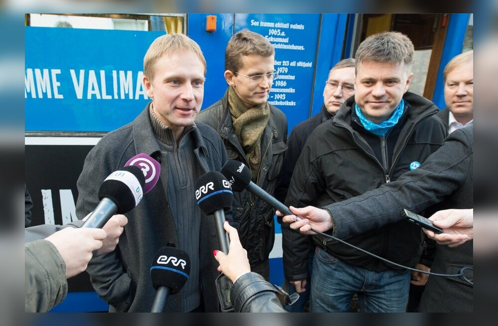 Eerik-Niiles Kross, taustal seisavad ministrid Vaher, Parts ja Reinsalu.