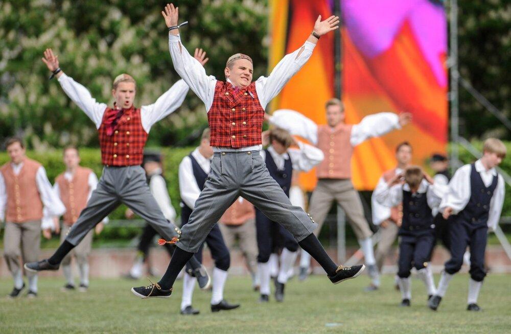Meeste tantsupeo suurimaks saavutuseks peavad korraldajad seda, et tantsima on toodud nii koolipoisid kui noored mehed ja muudes maades katkenuid meeste tantsutraditsioon püsib Eestis elavana.