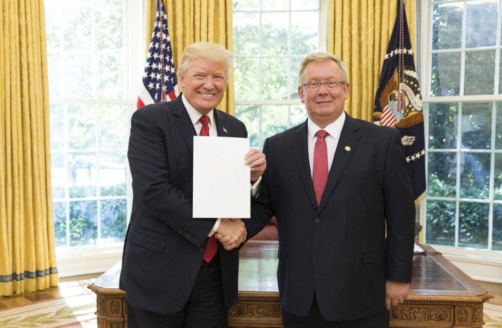 Lauri Lepik (paremal) andis oma volikirja president Donald Trumpile üle eelmise aasta 8. septembril.
