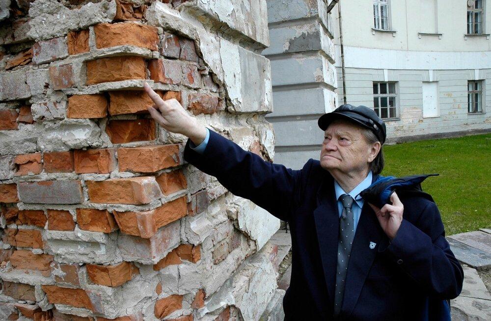 Tullio Ilomets oskab väga põhjalikult selgitada, mis materjale on  ajalooliste hoonete rajamisel kasutatud.