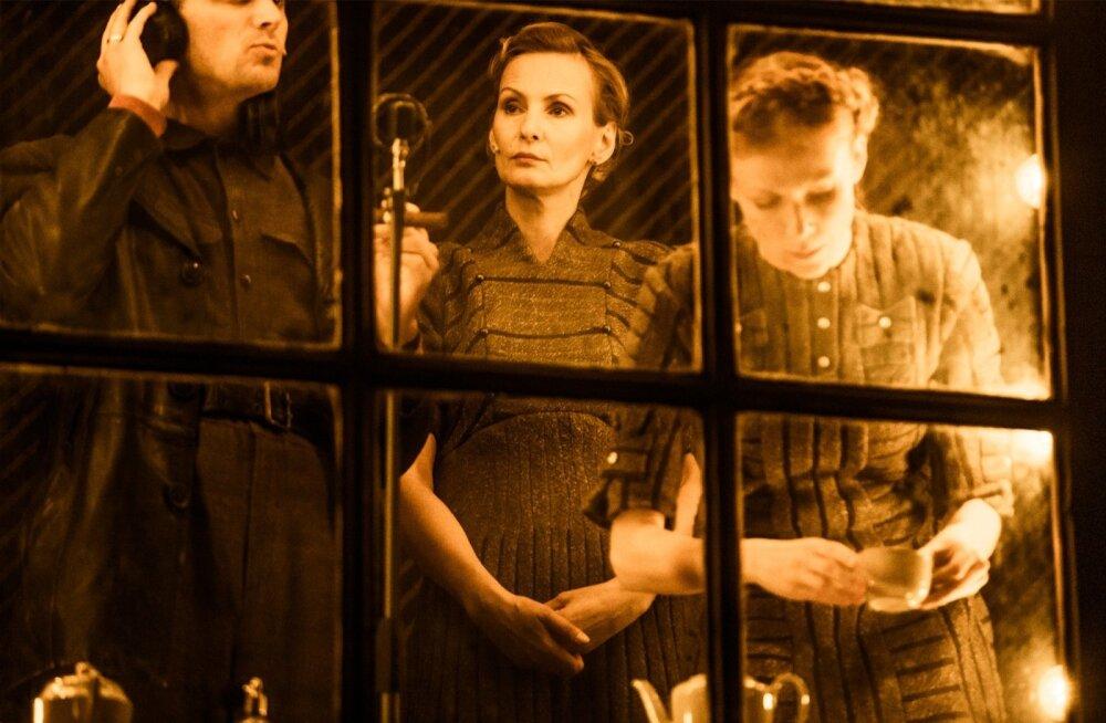 Näitlejaid on lavastuses kuus, kusjuures igaüks kehastab mitut karakteerset, kuid mitte kandvat osa.