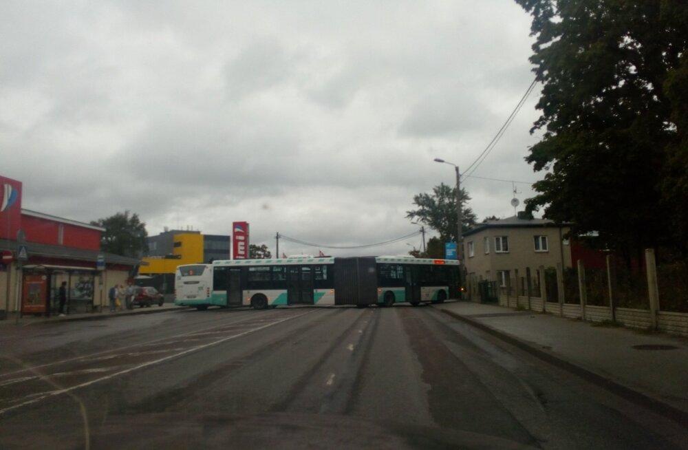 Kummaline bussimanööver Järvel