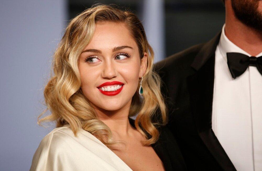 """VIDEO   Miley Cyrus esitab tuntud jõululaulu """"Santa Baby"""" feministlikus võtmes"""