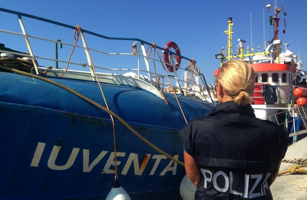Itaalia politseinikud hoiavad arestitud abilaeval silma peal. Sakslaste laeva Iuventa meeskonnale võidakse esitada süüdistus illegaalse rände mahitamises.