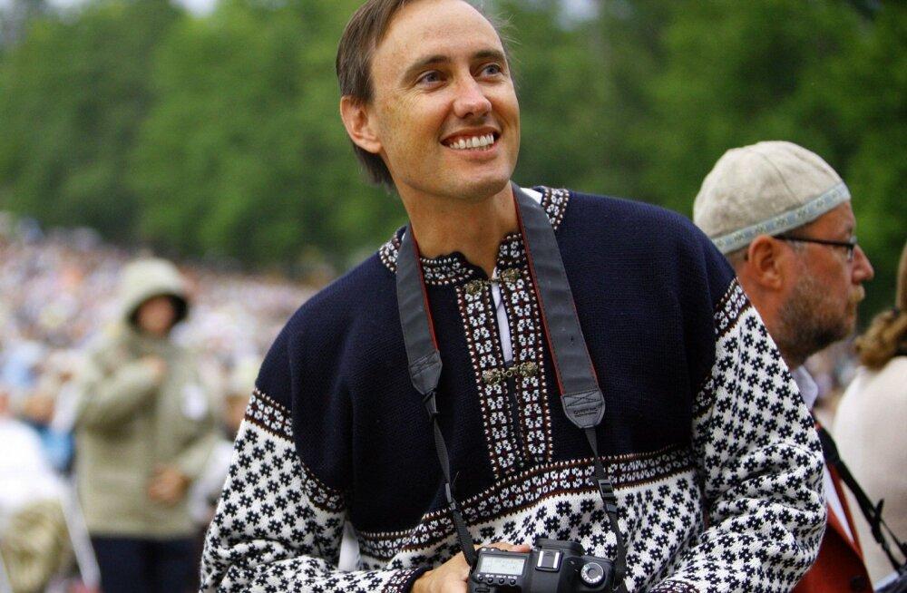Napist eesti keele oskusest hoolimata peab Jürvetson vanemate sünnimaad oluliseks, 2009. aastal käis ta ka laulupeol.