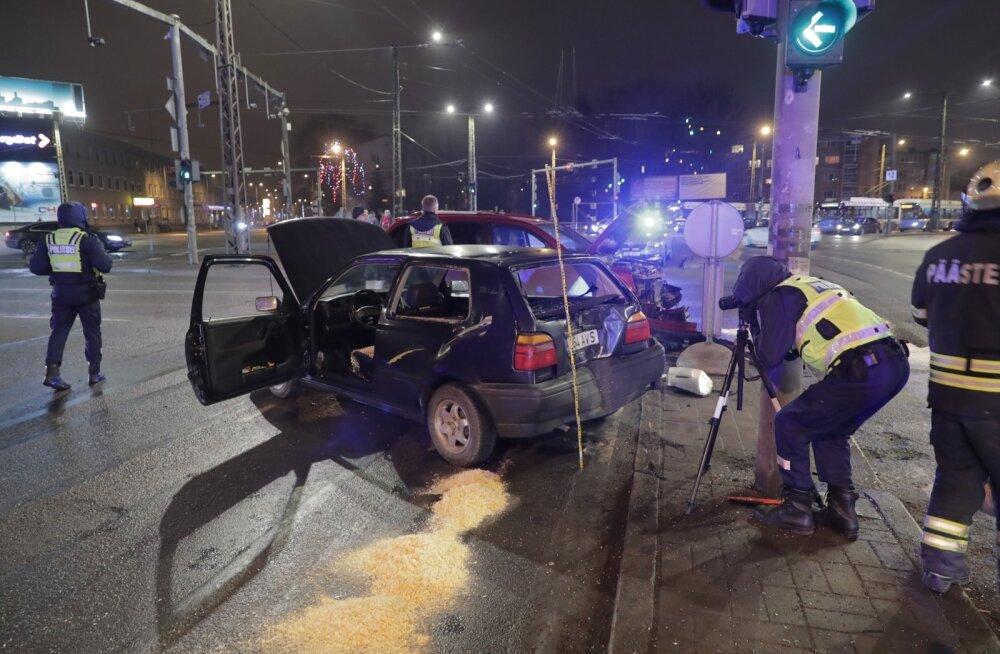 Tänavu oktoobris mõistis kohus 10 000 eurot välja pensionärilt, kes põhjustas Tallinnas Kristiine ristmikul avarii. Eakas naine tegi keelatud vasakpöörde ja sõitis teisele sõidukile ette. Kokkupõrke tagajärjel paiskus see otsa kahele inimesele.