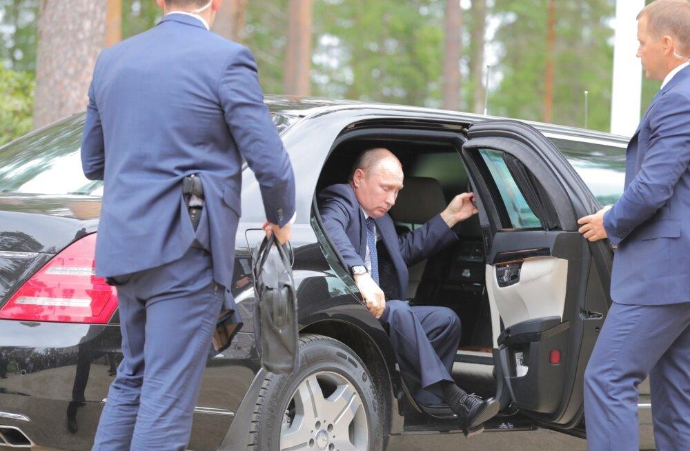 Korralikult hilinenud Vladimir Putin saabus relvastatud turvameeste saatel pressikonverentsile.