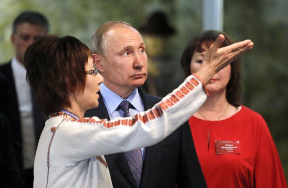 Vene president Vladimir Putin möödunud suvel Mari Eli Vabariigi pealinnas Joškar-Ola riiklikus muuseumis. Sama visiidi ajal teatas Putin, et vale on sundida kedagi õppima vähemusrahvaste keeli.