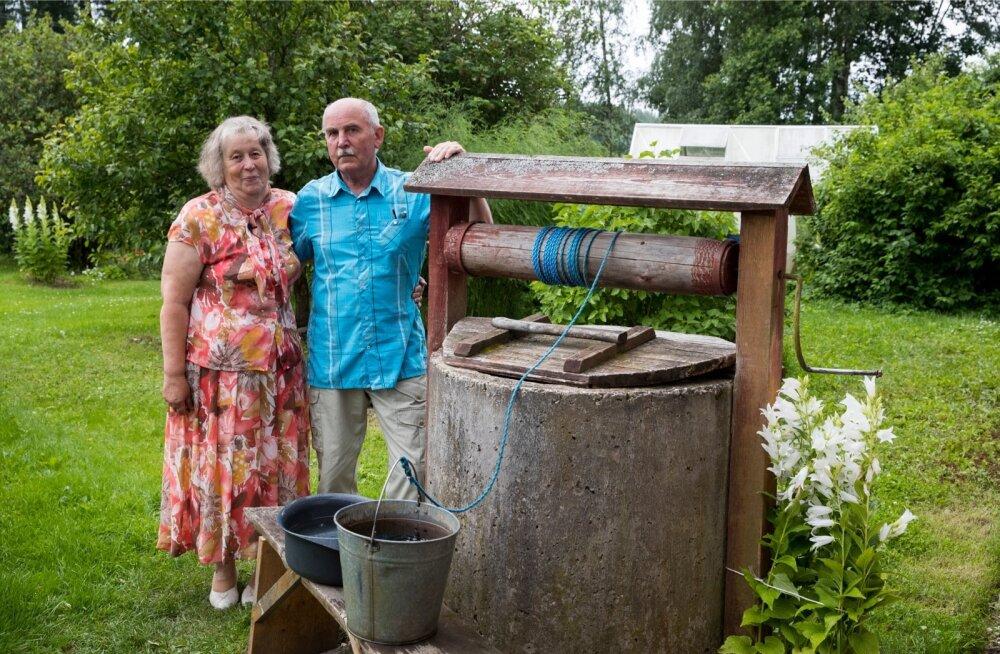 Alli ja Kalle Kreevald kodutalu õuel Mustja külas