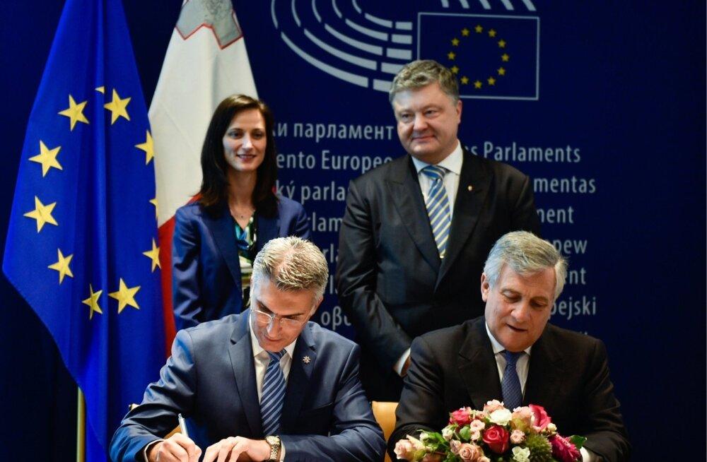 Ukraina president Petro Porošenko (seisab paremal) vaatas möödunud kolmapäeval rahulolevalt pealt, kui riigi viisavabadus EL-iga sai Strasbourgis ametlikud allkirjad Malta siseministrilt Carmelo Abelalt (istub vasakul) ja europarlamendi presidendilt Anton