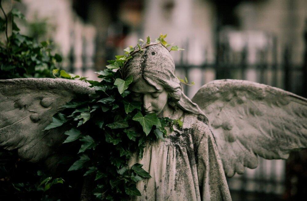 Kalmistul olevad kujud mõjuvad suursuguselt ka siis, kui need on ajahambast puretud.