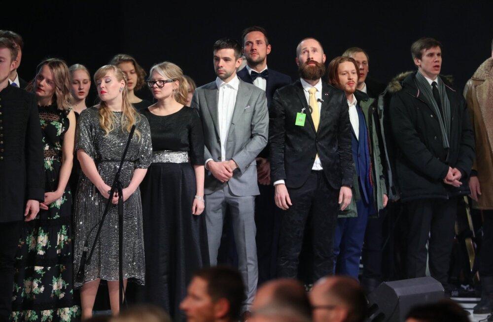 Pärast aastapäevalavastuse lõppu astusid Teatri NO99 näitlejad ja neid toetanud meeskond lavale, et aplodeerivale publikule kummardada.