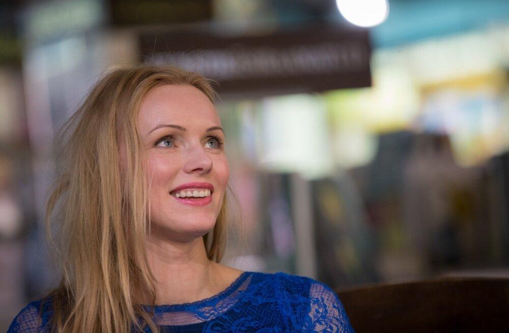 """Kristiina Ehin usub, et äkki aitab luule, kirjanduslik keel, tunnetus, laul inimestel kohtumisteni jõuda, sest ... ... """"Minus on igatsus vaimsete vestlustega salongide järele,"""" ütleb küps naine sinises."""
