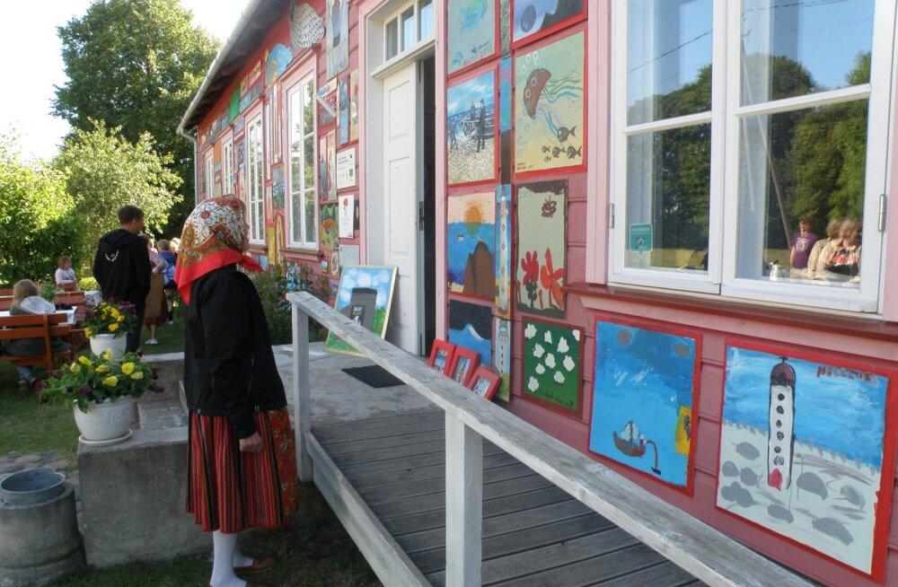 Kihnu Mere Pidu ja Kihnu Muuseumi välisseinal uue näituse avamine