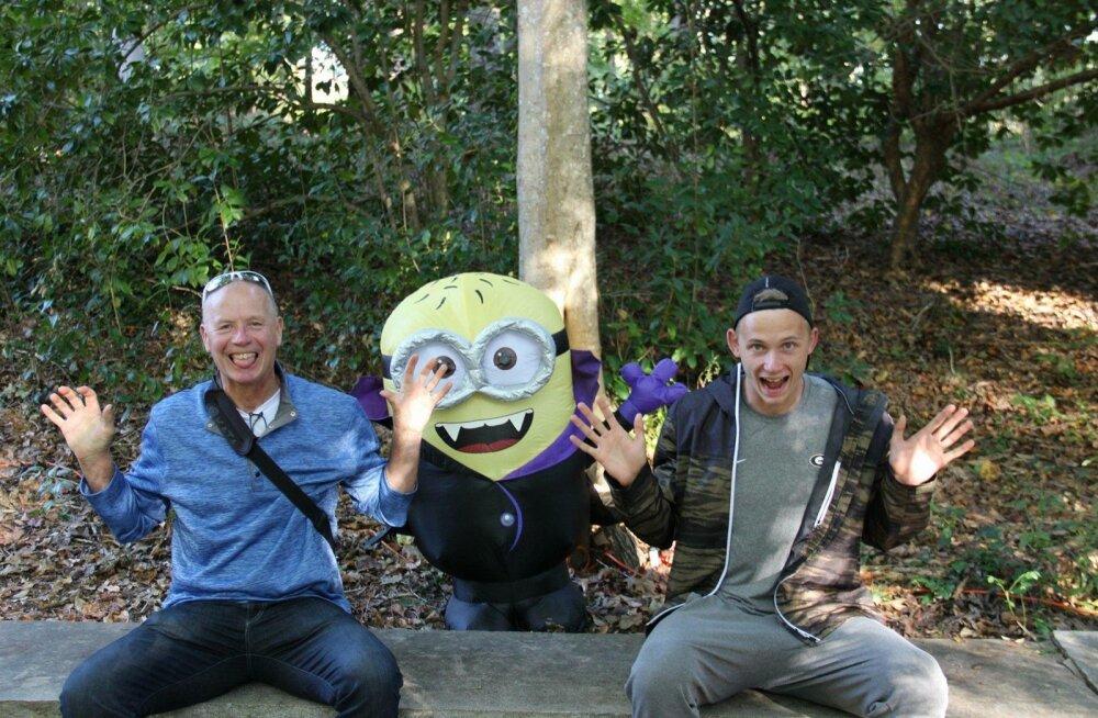 Halloweeni tähistamine on USA-s laialt levinud. Johannes Erm (paremal) ja külla sõitnud isa Andres proovivad seda nalja kaasa teha.