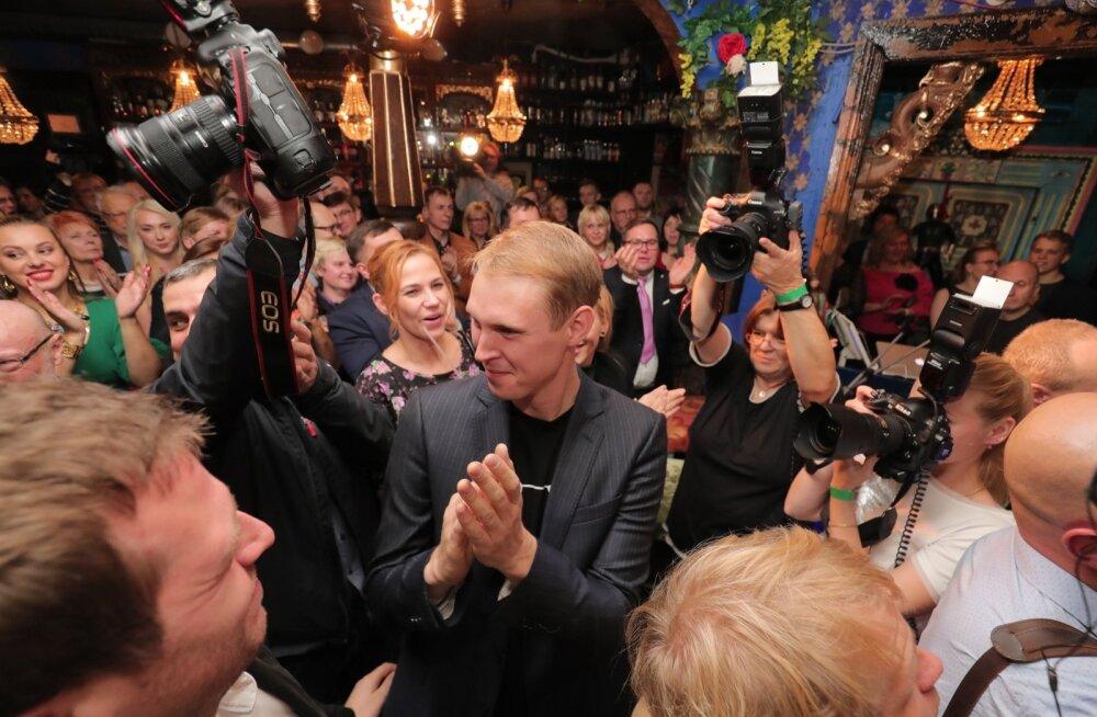FOTOD   Keskerakonna valimisöine pidu tuuris võidujoovastuses, häältesangarid Kõlvart ja Kaljulaid võtavad vastu õnnitlusi