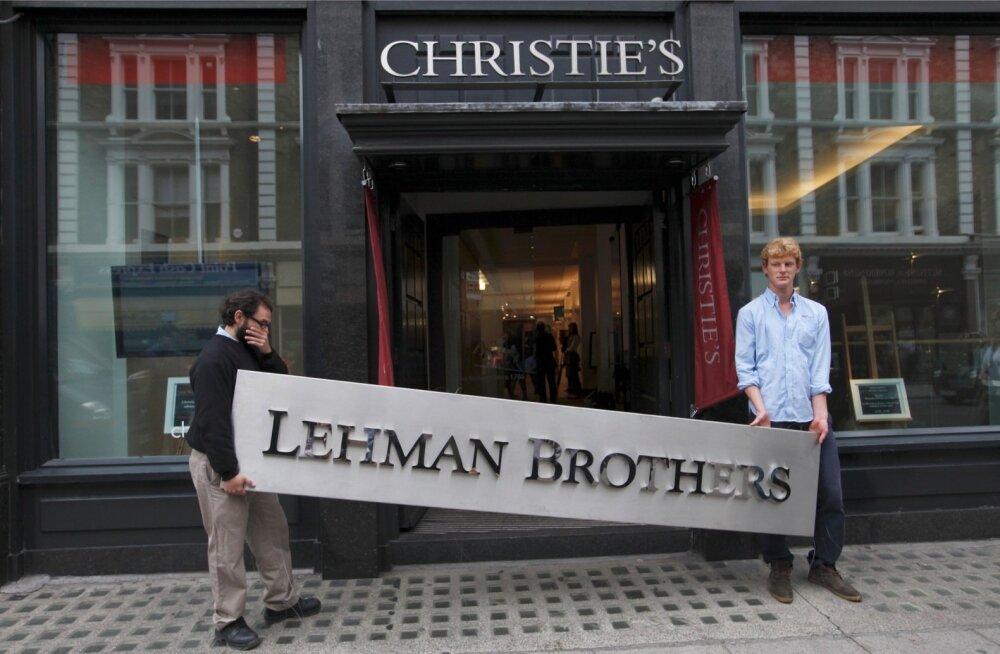 Et natukenegi Lehmani võlgu vähendada, pandi panga vara müüki. Fotol viiakse panga silti Christie'si oksjonile.