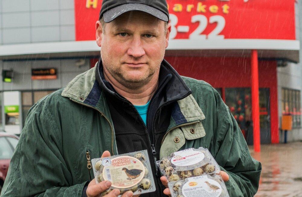 Ühes käes hoiab Järveotsa vutifarmi juhataja Lembit Liivamägi oma firma munakarpi, teises käes kaht Läti vutimunakarpi.