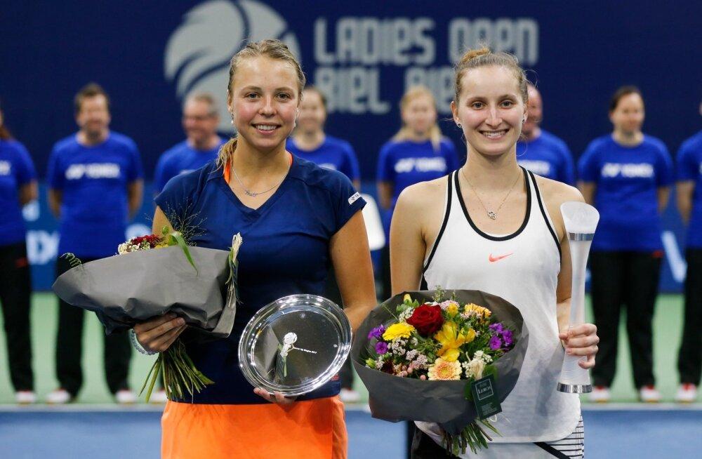 Anett Kontaveit (vasakul) pidi oma karjääri esimeses WTA turniiri finaalis leppima kaotusega. Võidukarika sai 17-aastane tšehhitar Markéta Vondroušová.