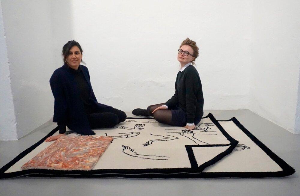 Ana Cardoso ja Merike Estna. Ana vaip on must-valge suur, Merikese oma pisem värviline.