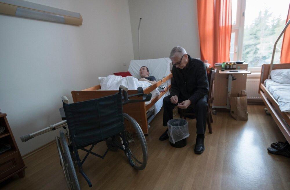 Riik ja Tallinna linn veeretavad Tiit Mesila muret puudega poja hooldamise pärast teineteisele justkui kuuma kartulit.
