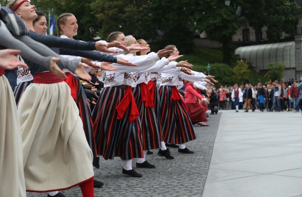 President Kersti Kaljulaid uusaastatervituses: noorte korraldatud isetekkeline tantsupidu viis meid uude sajandisse
