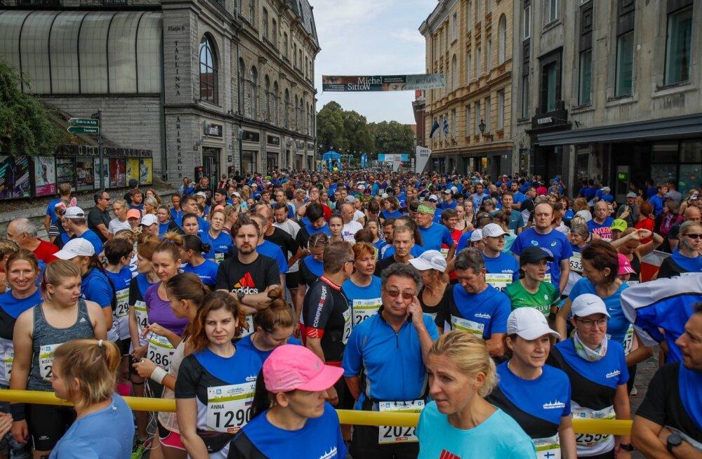 Rahvamassid Vabaduse platsil. Kokku jooksis kolmel võistluspäeval paarkümmend tuhat jooksusõpra.